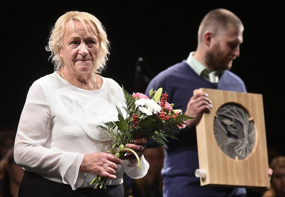 Šlechtitelka Ludmila Kameníková přebírá ocenění Kraje Vysočina Kamennou medaili 7. listopadu 2019.