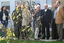 Zahradu kolem hospice zrekonstruoval vděčný otec za doprovození své dcery. Jako vzpomínku na ni zasadil doprostřed zahrady magnolii.