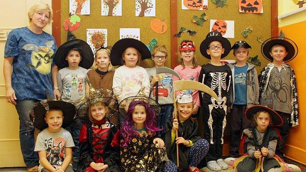 Na fotografii jsou prvňáčci ze ZŠ v Přibyslavicích s paní učitelkou Květoslavou Svobodovou. Děti jsme zastihli v den, kdy celá škola slavila Halloween. Příště představíme prvňáčky ze Základní školy ve Starči.