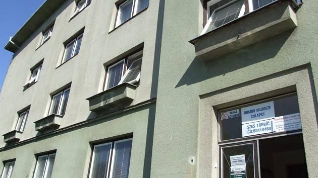 Osudné okno. Ze čtvrtého patra boční části ubytovny zemědělské školy v Třebíči vypadl včera časně ráno norský student.