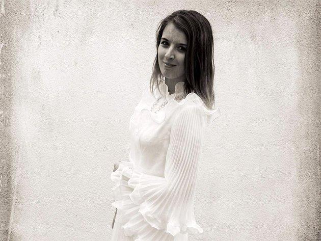 Markéta Michalová předvádí historické šaty z 30. let minulého století.