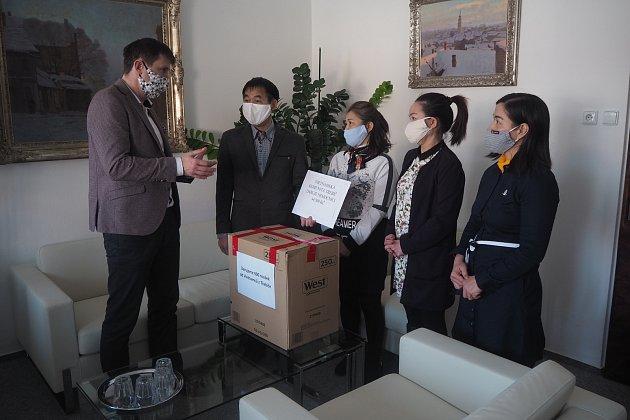 Zástupci vietnamské komunity darovali Třebíči roušky.