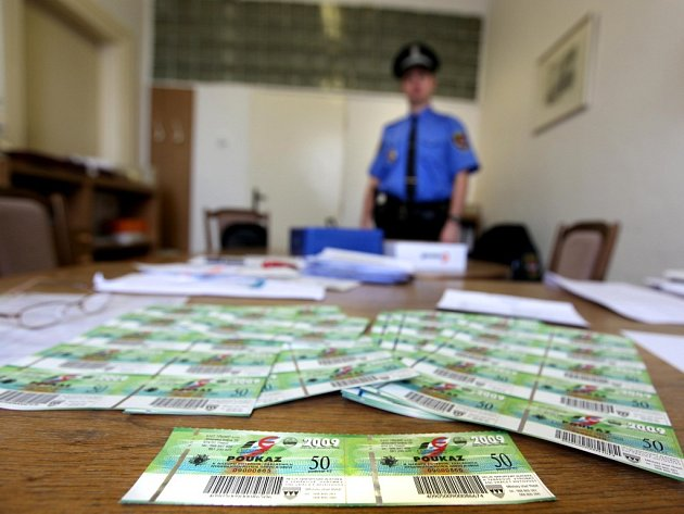 Na městském úřadu v Třebíči zahájili  výplatu některých sociálních dávek namísto peněz formou poukázek.