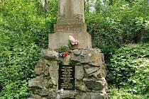 Tento pomník se nachází v místech, kde bývaly Skryje, vesnička, jež ustoupila Dukovanům.