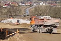 Mezi Třebíčí a Pocoucovem se pracuje na narovnání zatáček, tedy stavbě nové úseku. Ten by měl být přímější a bezpečnější. Otevřít se má v září.