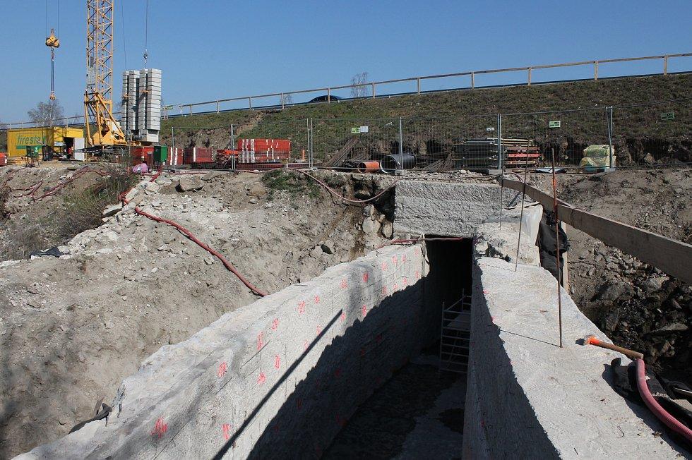 Rekonstrukce vodní nádrže Markovka nedaleko Třebíče skončí příští rok na jaře. Na snímku opravovaný bezpečnostní přeliv, který má převést případnou povodeň. Markovka je stavěná na tisíciletou vodu.