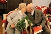 Ludvík a Vlasta Hyclovi na jihlavské radnici oslavili platinovou svatbu.