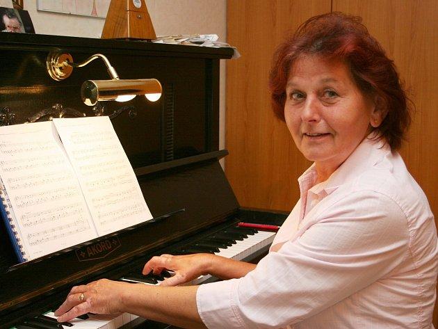 """Bývalá starostka Hrotovic je již rozhodnutá skončit i s učením. """"Prohlásila jsem, že letos je to opravdu poslední rok. Jsem už sedm let v důchodu. Sil nepřibývá, mám velkou zahradu a vnučky, kterým se chci věnovat,"""" svěřila se Jiřina Suchardová."""