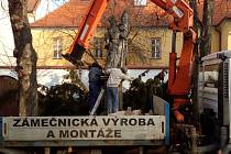 Demontáž sochy sv. Floriána, Třebíč Masarykovo náměstí 20. února 2019.