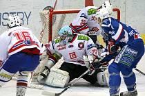 KRIZE TRVÁ. Třebíčští hokejisté (zleva v bílém Vladimír Stejskal, Pavel Míča a Jan Koktan) letos na domácím ledě tříbodové vítězství ještě nevybojovali. Tentokrát podlehli krkonošskému Vrchlabí.