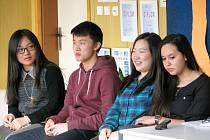 Sedm Vysokoškoláků z celého světa působí tento týden na ZŠ Benešova v Třebíči. O své zemi a kultuře se s žáky baví (zleva) Zhixin Cheng z Číny, Lee I Chien z Taiwanu, Ji-Hae Choi z Kanady (původem z Jižní Koreji) a Chaimae Ettebaa z Maroka.