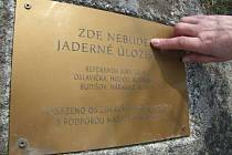 Zde nebude jaderné úložiště. Mosaznou desku s tímto nápisem nechalo před třemi lety vsadit do kamene u Budišova sdružení Zdravý domov Vysočina.