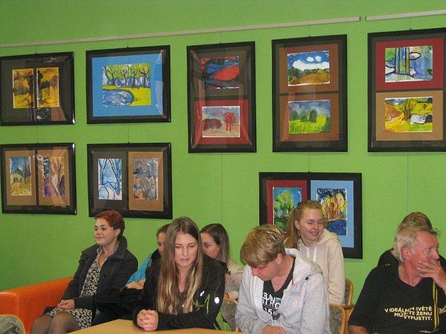 Práce studentů Katolického gymnázia Třebíč inspirované díly akademického malíře Vlastimila Tomana.