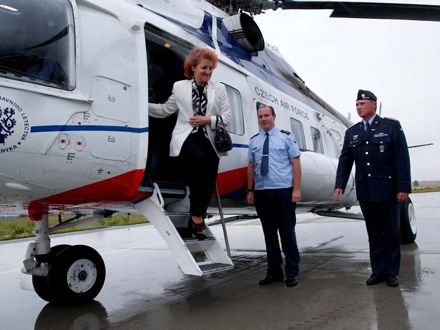 Vlasta Parkanová při návštěvě vojenské letecké základny Náměšť nad Oslavou.