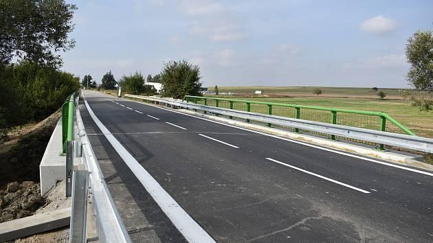 Nově zrekonstruovaný most na silnici do Příštpa.