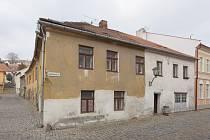 Domy v ulici L. Pokorného tvoří společně nárožní dvoupodlažní objekt pod jedním krovem.