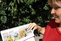 Nový kalendář oživily obrázky klientů Domova bez zámku.