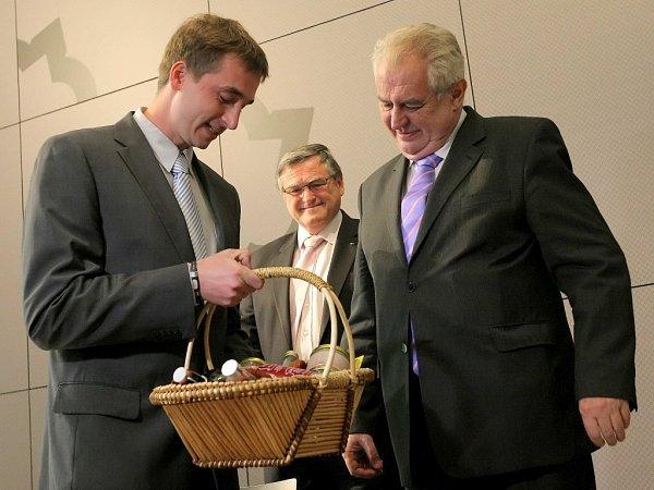 Prezident Miloš Zeman dostav vPacově dárkový koš regionálních potravin.