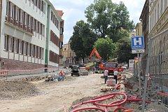 Rozkopané silnice v Třebíči. Bráfova třída má hotový vodovod a kanály. Otevřou ji dřív než na konci října?
