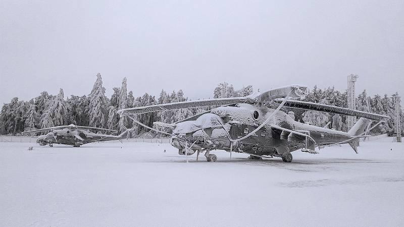 Vrtulník Mi-24 ve speciální ochranné plachtě.