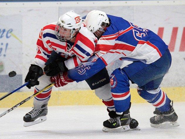 Třebíčští hokejisté (v bílém) vedli v utkání 14. kola nadstavbové části Ligy staršího dorostu nad Litomyšlí 3:0 a po dvou třetinách 4:2, ale zápas skončil nerozhodně.