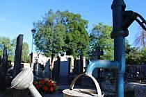 Studna na hřbitově v Okříškách vyschla.