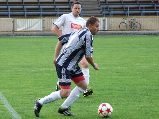 Okresní derby mezi Náměští-Vícenicemi (v bílém) a fotbalisty Budišova-Náramče skončilo výhrou hostí.