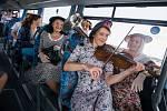 V rámci propagace 20. ročníku Mezinárodního hudebního festivalu Petra Dvorského v Jaroměřicích nad Rokytnou vyslechli cestující na autobusové lince mezi elektrárnou Dukovany a Třebíčí vokální skupinu Sestry Havelkovy.