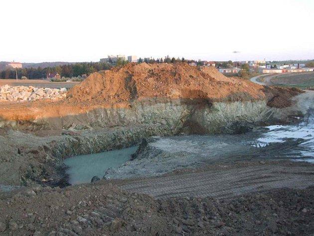 Černý důl. Vytěžené místo u Náměště nad Oslavou je neoplocené a nebezpečné. Z okrajů srázů se samovolně sesouvá hlína.