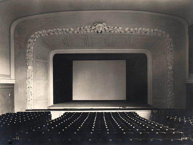 Budova byla postavena v roce 1919. Svůj název poprvé změnilo v roce 1930, kdy jej koupili Sokolové a pojmenovali Stadion. Měnil se poté ještě několikrát. Po rozsáhlé rekonstrukci v roce 1958 neslo kino jméno Sputnik.