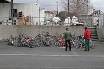 Sem odkládají zaměstnanci sběrného dvora Na Klinkách v Třebíči kola, která lidé věnují pro dobrou věc.