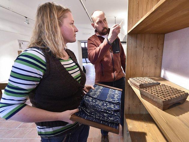 Na snímku jsou (zleva) etnografka Eva Tomášová a kurátor výstavy Miroslav Bašta při práci na expozici modrotisku.