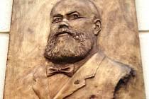 V Moravských Budějovicích na náměstí Míru, na domě, kde slavný archeolog Jaroslav Palliardi bydlel a měl deponovány své sbírky, byla v pondělní podvečer odhalena pamětní deska.