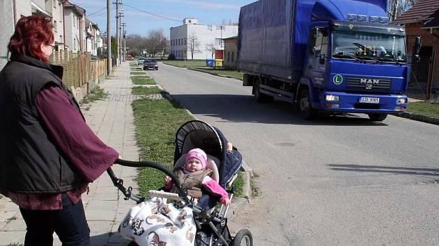 Silnice je úzká. Andrea Bendová v ulici Sadové žije. Situaci proto dobře zná.