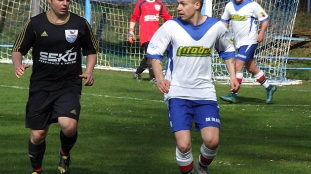 Hartvíkovice (vlevo) ve svém prvním domácím zápase na jaře porazily Blatnici a vyhřívají se na fantastickém třetím místě v tabulce okresního přeboru.