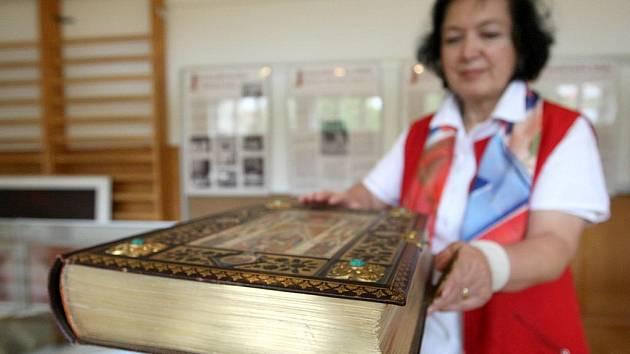 Starosta Kralic nad Oslavou Emil Dračka včera připravoval výstavu v prostorách základní školy. Prezentuje díla českých umělců a historii bible.