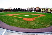 Nový baseballový stadion v Třebíči. Pestrá provozní budova poskytne zázemí hráčům, jsou zde šatny, sociální zařízení, sklady i bufet.
