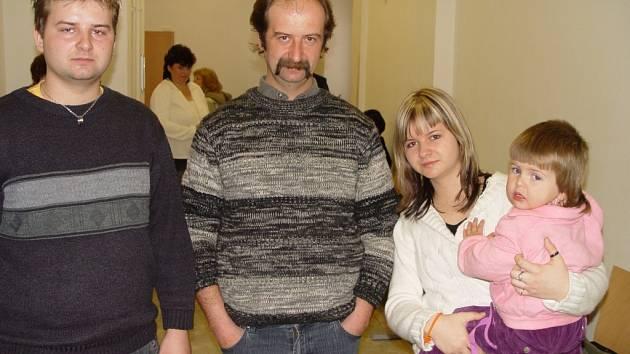 Rodina Hlavatých (zleva: Lukáš, Jaroslav, Michaela a Šárka) chtěla slyšet argumenty lékařů přímo v soudní síni. Soud jim to ale zakázal.