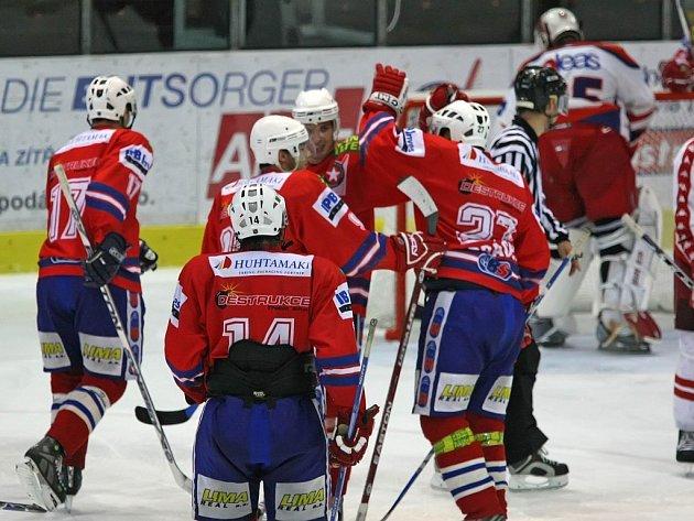 KONEČNĚ! Třebíčští hokejisté mají důvod k radosti, z Ostravy si dovezli premiérové body za vítězství 3:1.