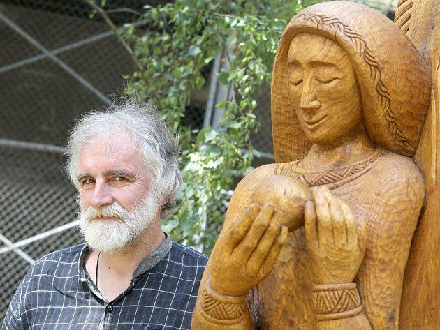 Obří sochy s motivem ženy vytvořili řezbáři v Borovině