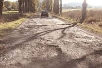 Současný stav silnice u obce Svatoslav ve směru k Radošovu či Kamenici je zoufalý. Již několik řidičů tam sčítalo škody na svých vozidlech.