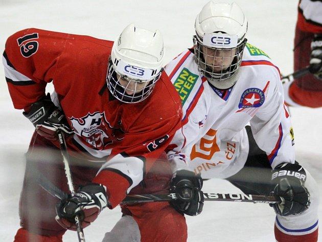 Třebíčští dorostenci (v bílém) odstartovali nadstavbovou část sezony domácím vítězstvím nad Opavou.