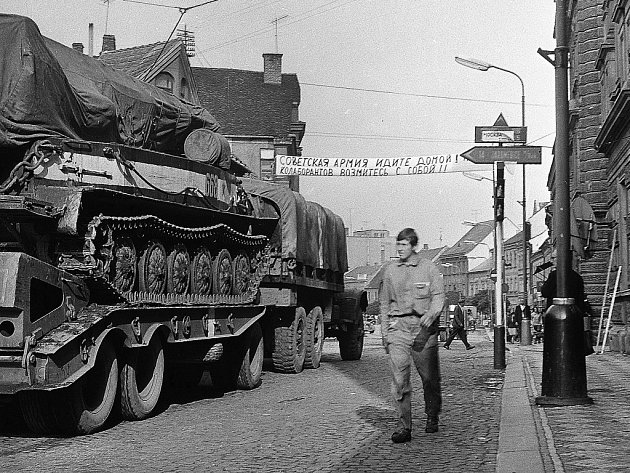 Tanky v třebíčských ulicích, jak je v prvních dnech srpnové okupace zachytil fotograf Vladimír Brauner.