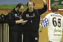 Zejména zlepšený výkon ve třetí třetině, který vedl k vítěznému konci si po zápase v Třešti proti spojenému týmu Okříšek a Kněžic pochvaloval trenér třebíčských Sniperů Michal Pazderník (uprostřed), který v den zápasu slavil 32. narozeniny.