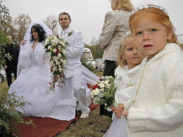 Předlouhá limuzína a nevěsta s ještě delší závojem. Tak vypadala pravá cirkusová svatba, kterou Třebíč hostila v úterý.