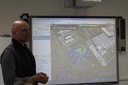 Dron nese nové zařízení z Nuvie, které dokáže přesně změřit úroveň i místo radioaktivity. Na tabuli je záznam z území, které dron na ukázku ve čtvrtek prolétl v Třebíči v areálu Nuvie.