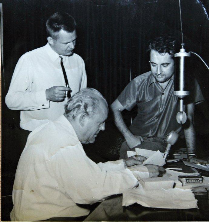 Redaktor třebíčského rozhlasového studia Richard Paleček s kolegy při vysílání v srpnu 1968.