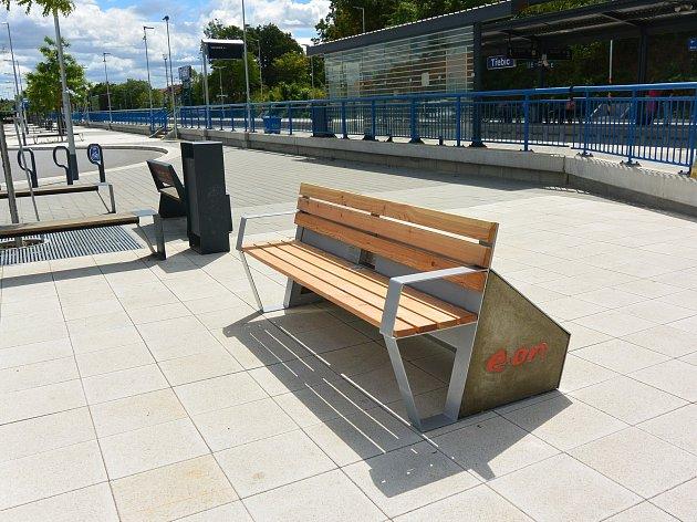 Chytrá lavička na přestupním terminálu v Třebíči.