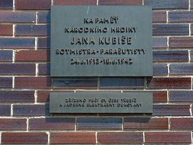 Pamětní deska Jana Kubiše v Dolních Vilémovicích.