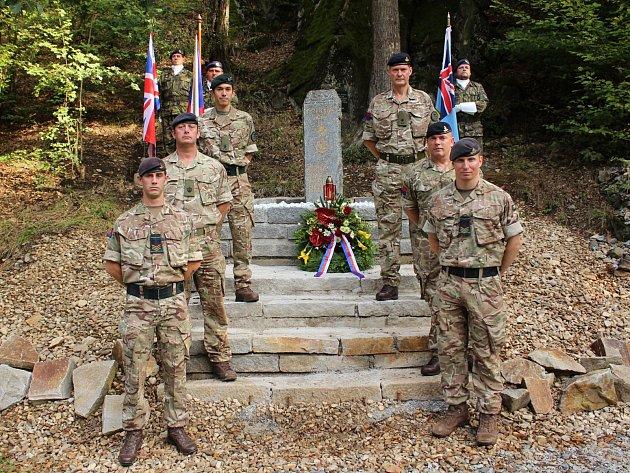 Piloti z náměšťské základny vrtulníkového letectva spolu s britskými vojáky zapojenými do mezinárodního cvičení Ample Strike si připomněli tragickou událost z roku 2004.